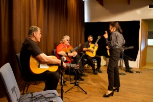 inesita-in-discussion-with-3-guitarists